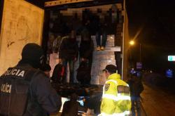 Migranti se tísnili v kamionech mezi zbožím