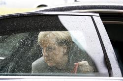 Angela Merkelová přijíždí na pokračování sondážních rozhovorů