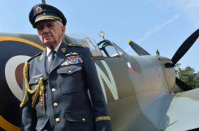 Veterán československých leteckých sil v Británii Emil Boček s modelem stíhačky Spifire