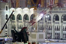 Jeřáb spadl na mešitu v Mekce