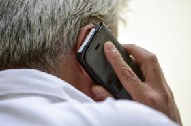 Muž s telefonem