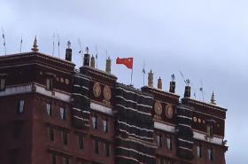 Nad tibetskými centry politické i náboženské moci vlají čínské vlajky