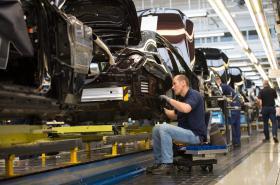 Zaměstnanci firmy Daimler AG montují auta v továrně v Sindelfingenu