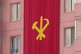Panelové domy v Pchjongjangu zdobí vlajky Korejské strany práce