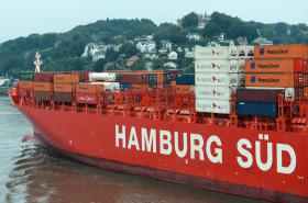 Nákladní loď opouštějící Hamburk