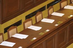 Prázdná sněmovní lavice
