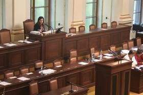 Prázdné ministerské lavice
