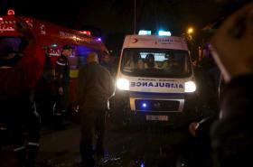 Tuniští záchranáři na místě atentátu na vojenský autobus