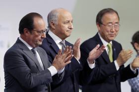 Francois Hollande, Laurent Fabius a Pan Ki-mun při prezentaci dohody z klimatické konference COP21
