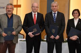Sobotka podepsla s odbory kolektivní dohodu státní služby