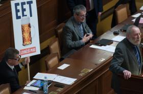 Babiš s transparentem při schůzi poslanců ohledně EET