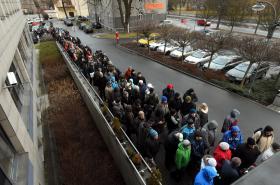 Fronta na kotlíkové dotace před úřadem Moravskoslezského kraje