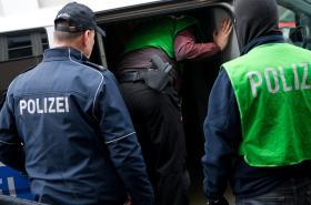 Razie policie v Německu na lidi napojené na IS