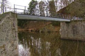 Uzavřený most přes řeku Malši