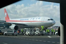 Letadlo Sichuan Airlines přistálo v Praze. Zahájilo linku z Čcheng-tu