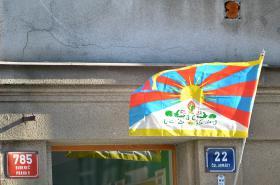 Tibetská vlajka vyvěšená v Praze-Bubenči