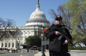 Policista střeží americký Kapitol