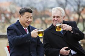 Čínský a český prezident si na rozloučenou připili pivem