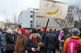 Protest před budovou parlamentu v Rejkjavíku