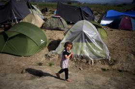 Téměř polovinu uprchlíků v táboře v Idomeni tvoří podle Lékařů bez hranic děti