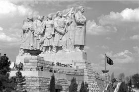 Stalinův pomník v roce 1955