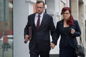 Jana Nečasová (dříve Nagyová) přichází s manželem, bývalým premiérem Petrem Nečasem,  k soudu.