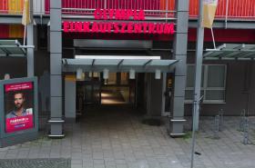 Vchod do nákupního centra Olympia v době útoku