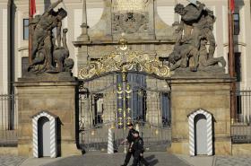 Policie před vstupem na Pražský hrad