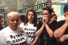 Protest matek zabitých školáků v Beslanu