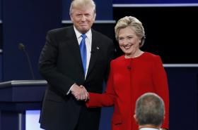 Trump s Clintonovou si před debatou potřásli rukama