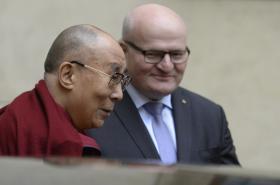 Dalajlama při setkání s ministrem kultury Danielem Hermanem