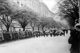 Čelo pohřebního průvodu s rakví Jana Opletala na Albertově 15. 11.1939