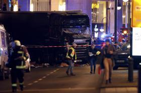 V Berlíně najel kamion do vánočního trhu