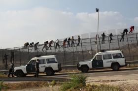 Migranti na hraničním plotu v Melille (květen 2014)
