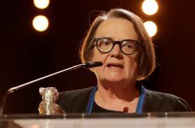 Režisérka filmu Přes kosti mrtvých Agnieszka Hollandová se stříbrným medvědem