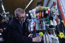 Ministr financí Andrej Babiš v obchodě se sportovním vybavením při příležitosti zahájení druhé vlny EET