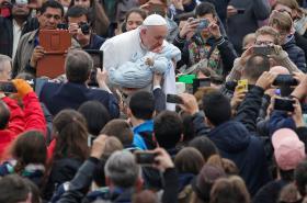 Papež František líbající nemluvně při audienci ve Vatikánu