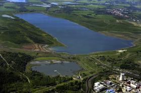 Jezero Milada vzniklo zatopením lomu po těžbě uhlí (letecký snímek z května 2012)