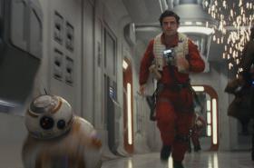 Poe Dameron (Oscar Isaac) s droidem BB-8 ve filmu Star Wars: Poslední z Jediů