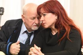 Jana Nečasová se radí se svým advokátem
