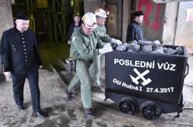 Horníci vyvezli poslední vůz uranové rudy z dolu Rožná