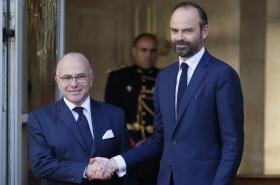 Édouard Philippe střídá v premiérském křesle Bernarda Cazeneuva