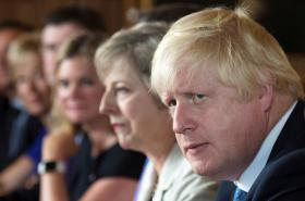 Boris Johnson s Theresou Mayovou