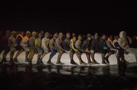 Migranti z afrických zemí odplouvají od břehů Libye