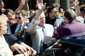 Václav Havel naposledy jako československý prezident opouští Pražský hrad (20. 7. 1992)