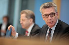 Hans-Georg Maassen a Thomas de Maiziére na tiskové konferenci