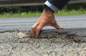 Karlovarský kraj chce peníze i na opravy silnic