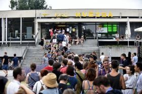 Festivalový ruch před kinem Hvězda