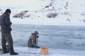 Kyrgyzští farmáři hledají zlato na dně řeky
