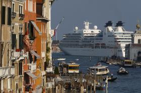Výletní loď proplouvající Benátskou lagunou